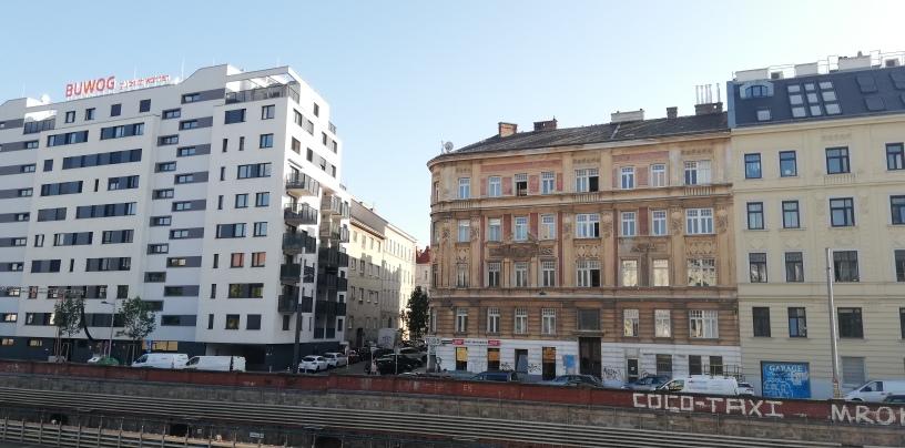 Blick während der Busreise auf eine Häuserzeile in Wien im Jahr 2021. Neubau steht einem Altbau gegenüber